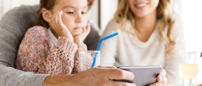 Jongeren klagen: fanatieke smartphone-ouders ontwrichten gezinsleven