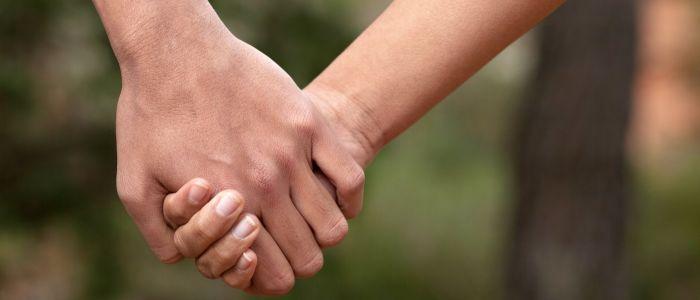 Verzacht elkaars handen vasthouden de pijn?