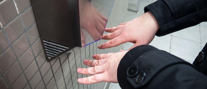 Handendrogers vol met bacteriën
