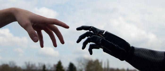 Zelfacceptatie dankzij een 'RoboCop-hand'