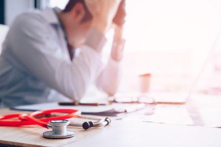 Arts grijpt door werkstress naar alcohol